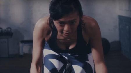 スポブラ姿でトレーニングして汗ダクになっている榮倉奈々の画像