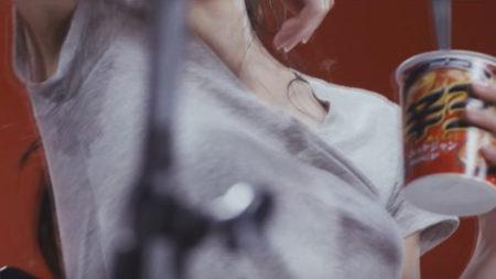 今野杏南の脇汗を斜め下から撮影している画像