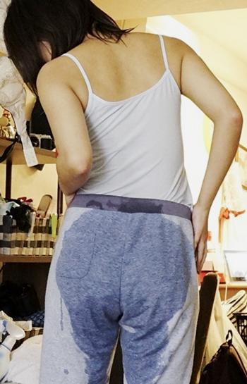 スウェットパンツの尻の汗染みが漏らしたみたいなエロ画像