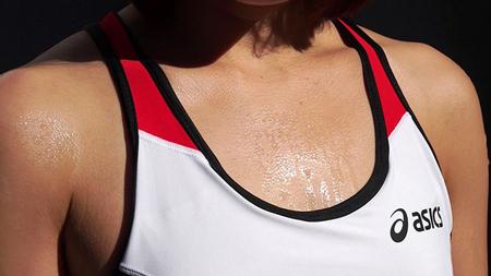 スポブラの胸元にあせをかいている陸上女子の画像