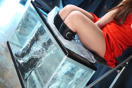 高瀬杏がブーツ履いたまま足湯している画像