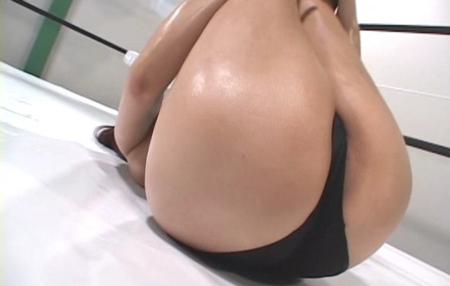 汗だくな尻を浮かせてトレーニングしている美人女子プロレスラーの接写尻エロ画像