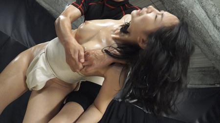 星乃はながおっぱい丸出しで相撲を取り汗だくになっているエロ画像