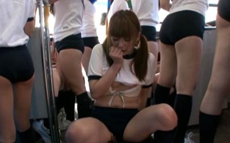 汗まみれな女子高生のブルマを横にズラして挿入しているエロ画像