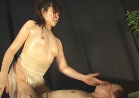 上半身裸の女力士がオヤジの顔を叩いている画像
