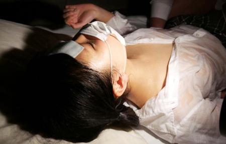 寝汗でブラウスが汗まみれな美少女JKのエロ画像