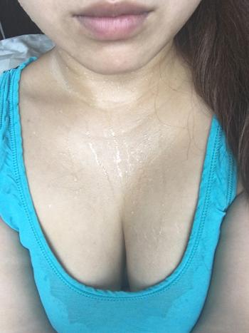 ノーブラタンクトップで汗だくな巨乳熟女の画像