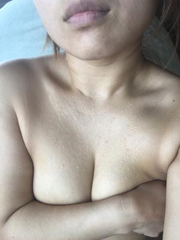 汗まみれの熟女が手ブラで巨乳を隠している画像