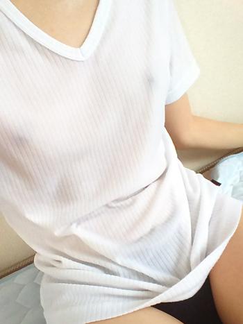 汗まみれの白Tシャツから乳首が透けている画像