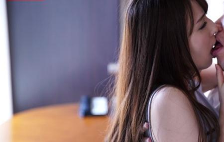 希崎ジェシカがキスをしている画像
