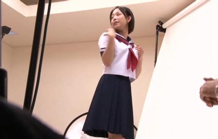 紗倉まながJK制服姿で撮影している画像