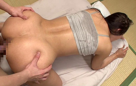 汗だくな小早川怜子にバックから挿入しているエロ画像