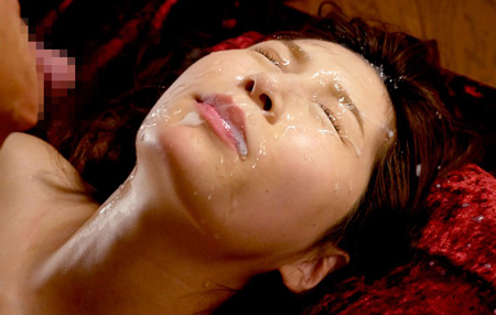 汗まみれの佐々あきの顔に精子ぶっかけているエロ画像