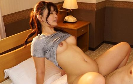 柳みゆうが汗染みまみれのグレーTシャツ着衣でセックスしているエロ画像