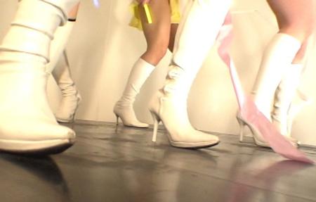 ダンスで汗だくになるブーツ女子の画像