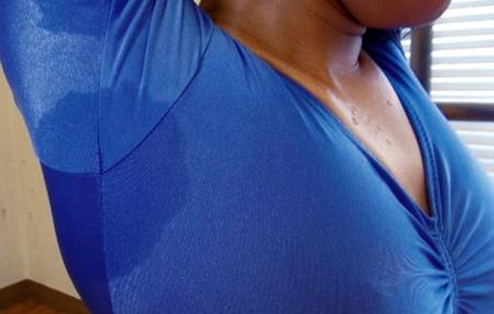 レオタードに脇汗が染みている女子高生の画像