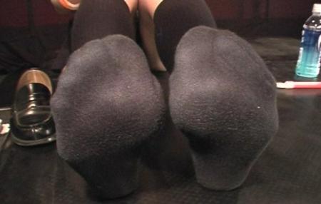 汗で蒸れた黒ハイソックスの足裏フェチ画像