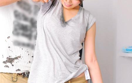 グレーTシャツに脇汗が染みているややポチャ女の画像