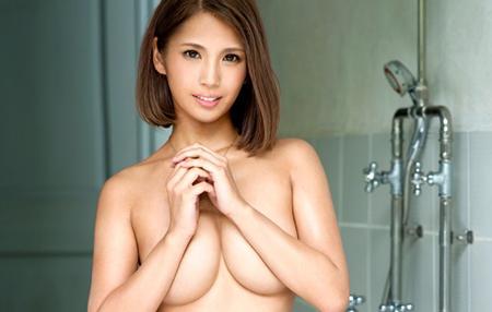 風間リナが全裸でおっぱい寄せているエロ画像