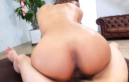 風間リナが背中と尻に汗を噴出させながら腰を振っているエロ画像