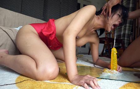 ディルドで強制イラマチオされている美女のエロ画像