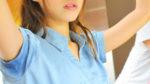 青色のシャツに脇汗染みができている美女の画像